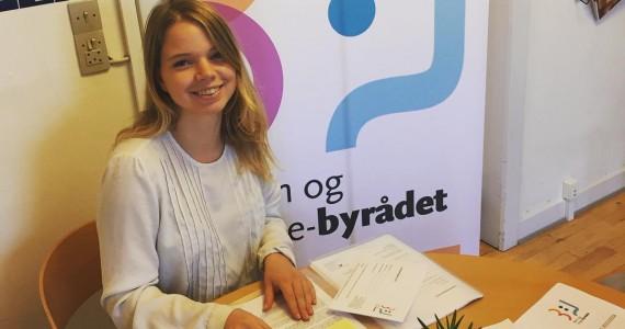 Sofie og Johanne pakker konvolutter, så de er klar til at blive sendt ud til de valgte kandidater i morgen - frist for indsendelse af valgresultater er i morgen kl 12! #viglæderos #aarhus #ungebyrådet #ungedemokrati #brevesnartklar